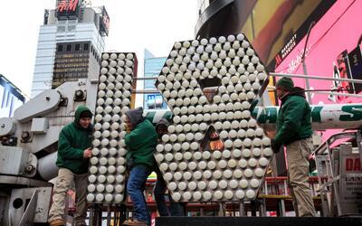 Un grupo de trabajadores acomodan el 1 y el 8 que protagonizan la celebr...