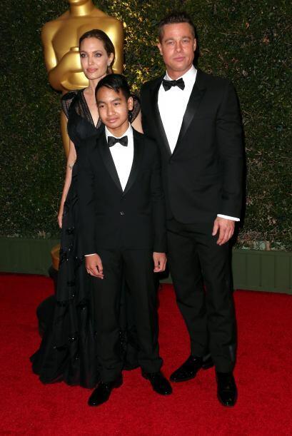 En noviembre, fue con Angelina y su hijo adoptivo mayor, Maddox, a los G...