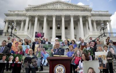 El demócrata Chuck Schumer, líder de la minoría, en...