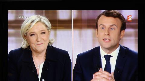 Una pantalla de TV muestra el debate en vivo entre el candidato presiden...