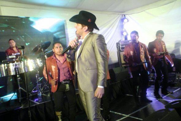 El cantante prometió que pondría a todos a bailar con su música banda.
