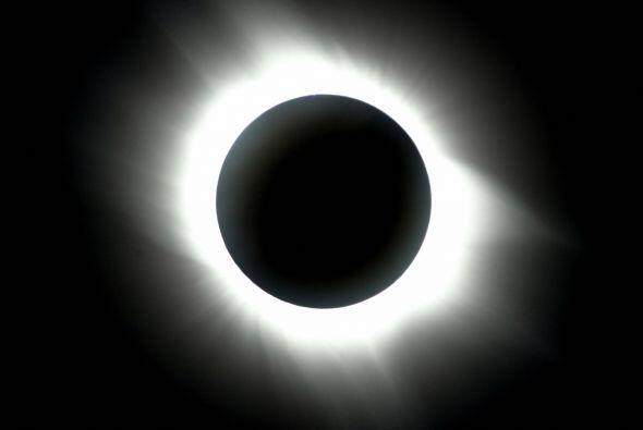 Se trata de un eclipse anular, por la forma de anillo que ocurre en el S...