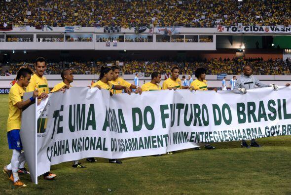 Previo al encuentro con Argentina la selecciòn brasileña entró al campo...