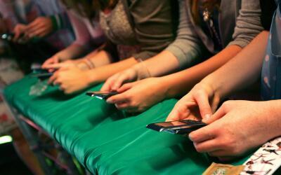 Jóvenes utilizando sus teléfonos móviles. (Imagen d...