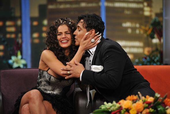 Eduardo Antonio no perdió oportunidad para besar a su amada.