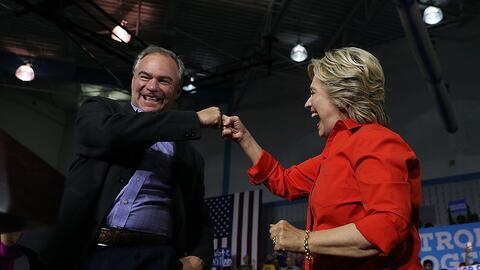 La candidata presidencial Hillary Clinton y el nominado vicepresidencial...