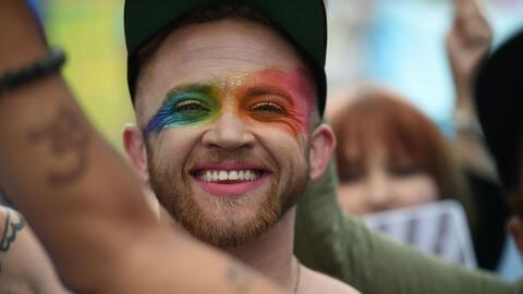 Continúan las labores de limpieza tras el Desfile por el Orgullo Gay en...