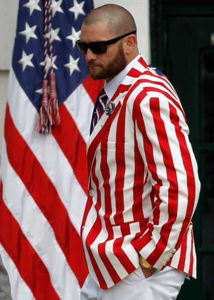 Jonny Gomes destacó con su traje con los colores de la bandera de Estado...