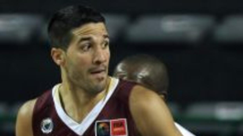 Greivis Vázquez ante la marca de un jugador de Cuba.