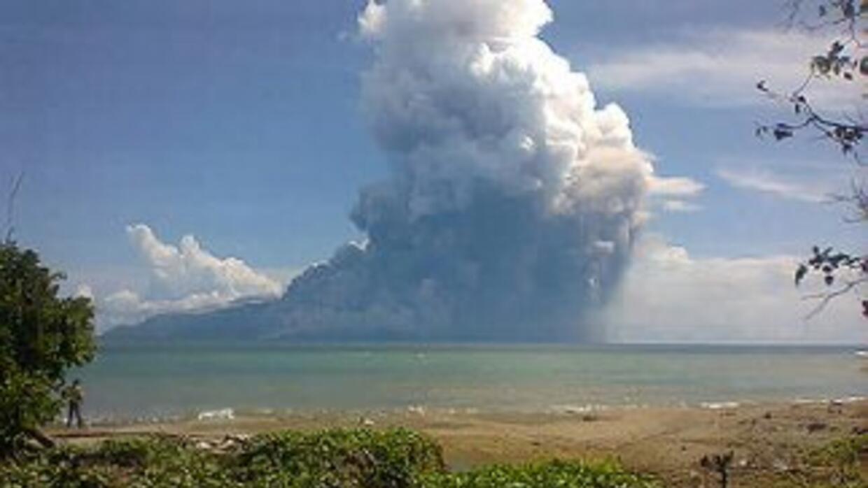 Autoridades de Indonesia informaron que la erupción de madrugada del vol...
