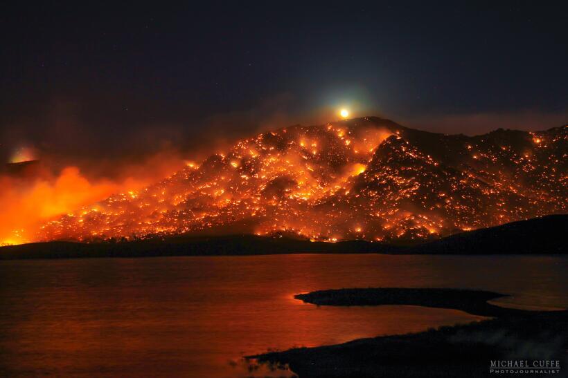Cuando un incendio parece lava volcánica. En Kern, sur de Califor...