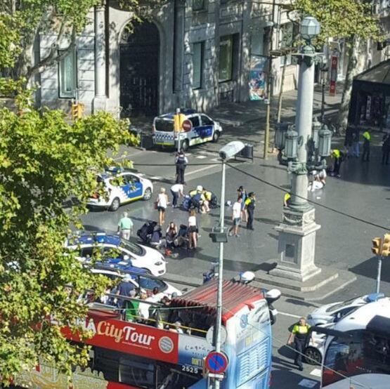 La policía y servicios de emergencia atienden a personas heridas...