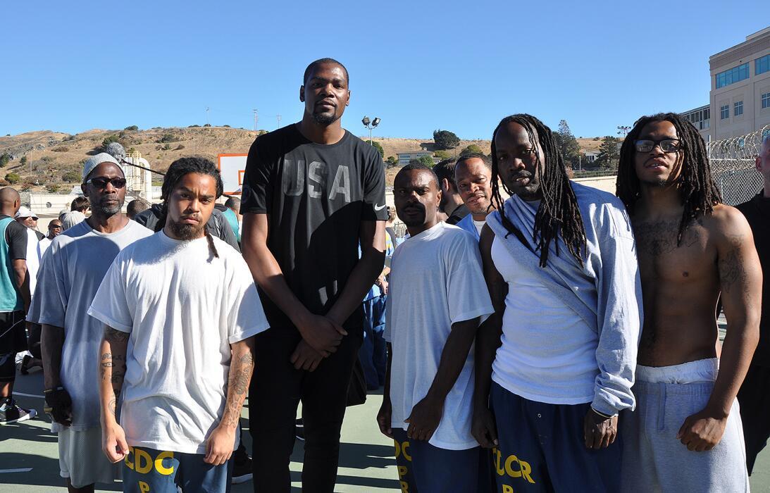 Kevin Durant en su primera visita ala Prisión Estatal de San Quintín en...