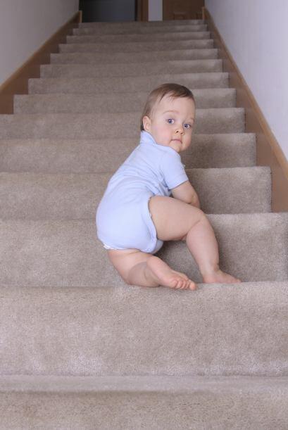 Cómo mantenerlo a salvo. Un bebé que gatea puede meterse en muchas trave...