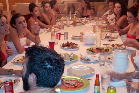 Aquí se esta cenado en Puerto Vallarta con todo su harem. Fotos:instagr...