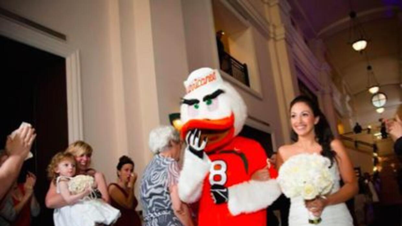 El momento en que una novia es entregada por la mascota de los Hurricane...