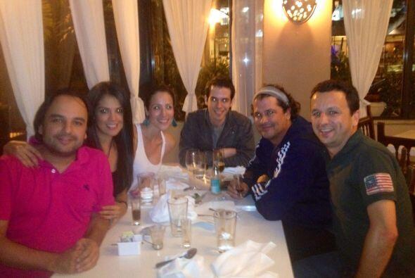 Carolina y Andrés comparten buenos momentos con sus compañeros de trabaj...