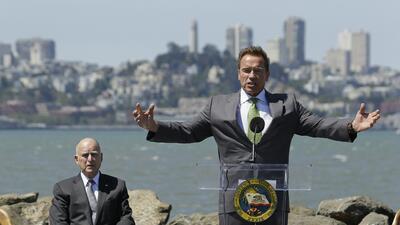 El gobernador demócrata estuvo acompañado por su famoso predecesor Arnol...