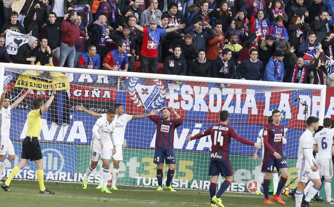 Benzema y James se lucen en la exhibición del Real Madrid ante el Eibar...