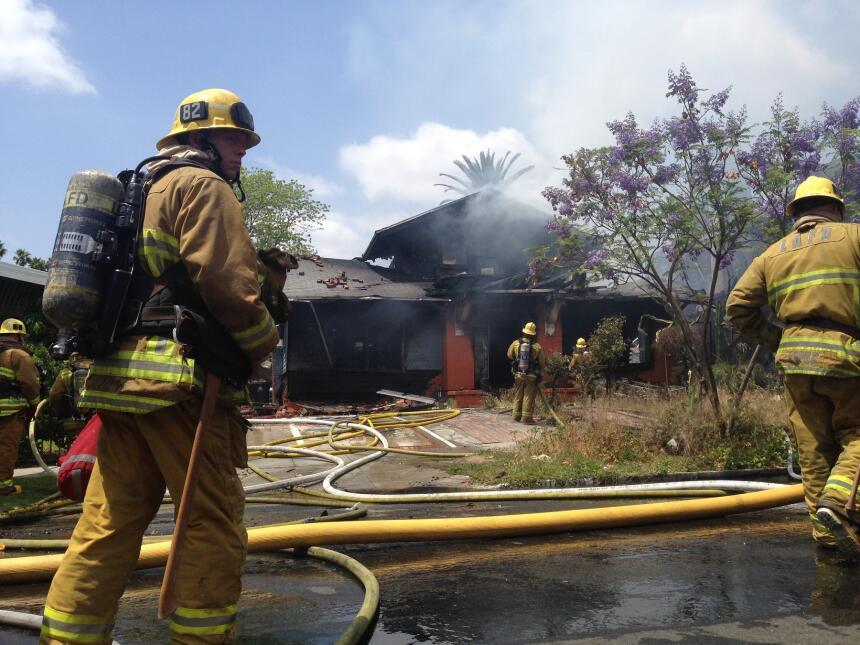 Más de 90 bomberos trabajaron en extinguir el incendio en Koreatown.