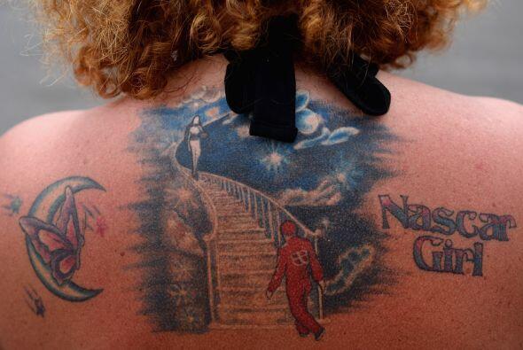 Un fan de las carreras muestra su tatuaje durante la Copa Sprint de NASC...