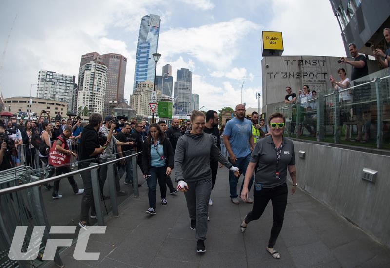 Ronda Rousey enseñó sus armas en Australia de cara a su combate contra H...