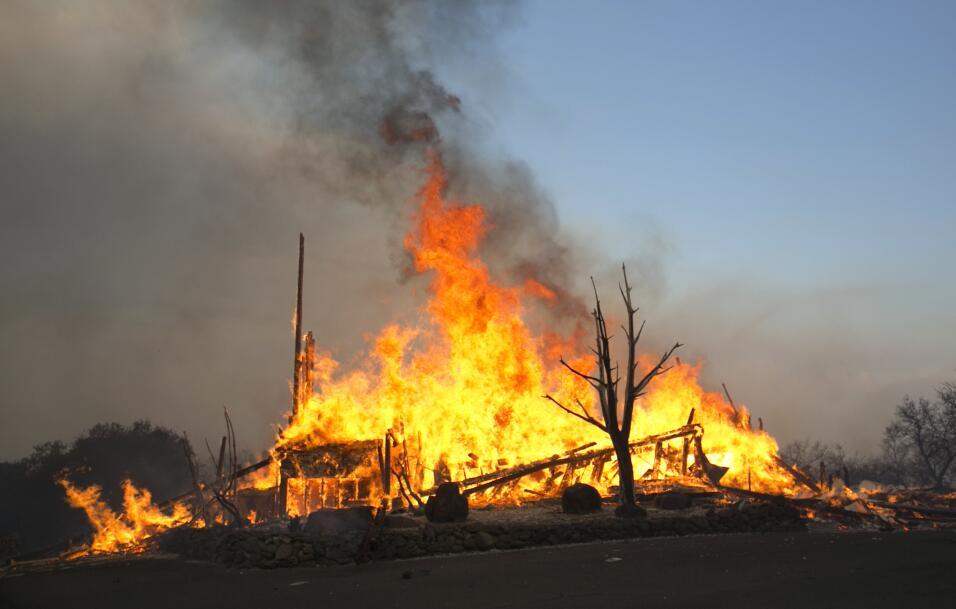 Bomberos luchan contra varios incendios en el norte de California.