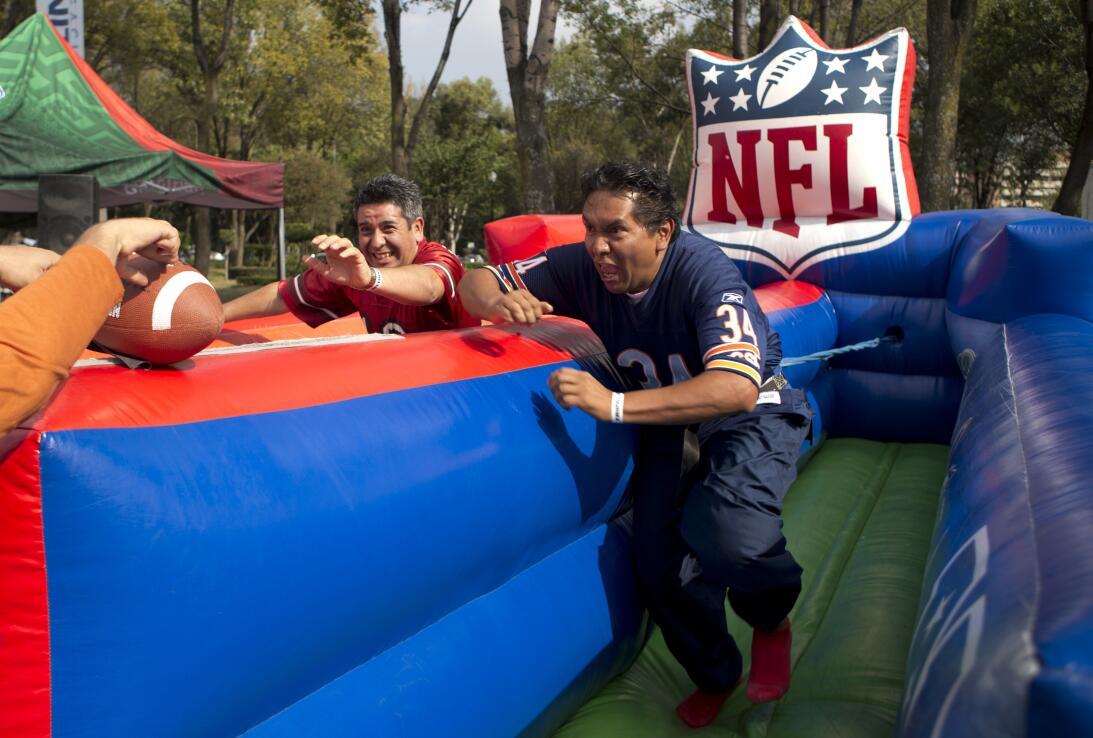 La NFL en México: diversión para fanáticos y para leyendas AP_1632063923...