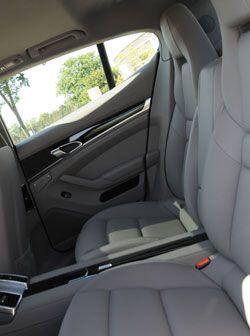 Los asientos traseros son individuales, y brindan un amplísimo espacio a...
