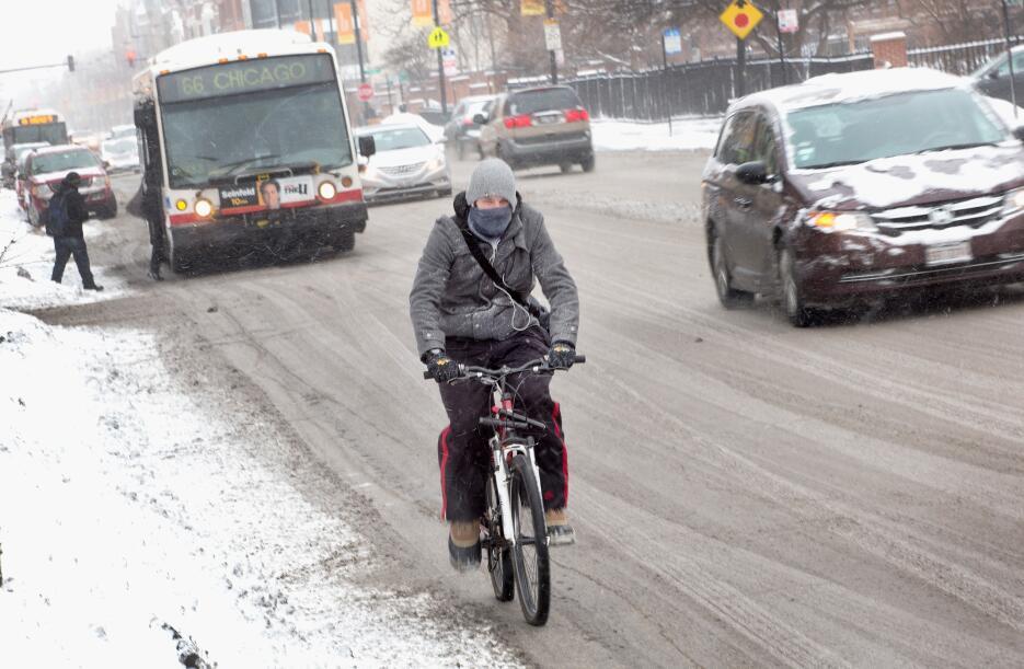 Los viajeros se dirigen al trabajo cuando cae la nieve en Chicago, Illin...