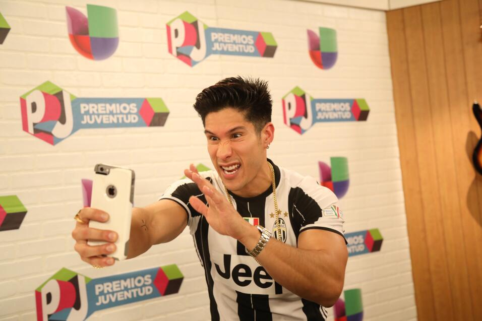 Chyno Miranda en el set digital de Premios Juventud.