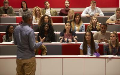 Las amistades multiculturales formadas en la universidad ayudan a desarr...