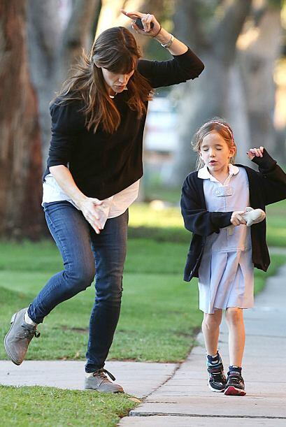 Jennifer luchó por no caerse. ¡Mira la carita de su nena!