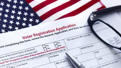 En el día nacional del registro de votantes, Univision lo anima a inscribirse para tener el poder del voto