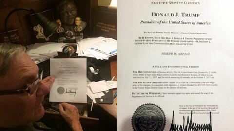 El exsheriff Joe Arpaio enseña el documento con el perdón presidencial d...