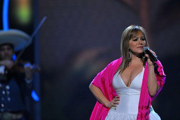 Jenni Rivera subió al escenario enfundada en un vestido blanco co...