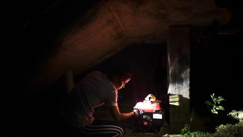 Mujer a oscuras en el barrio Patrón, en Morovis.