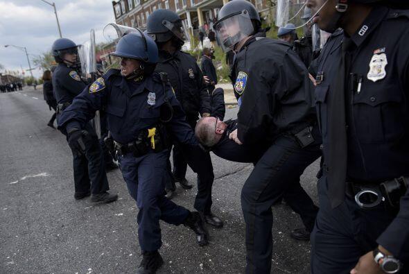 Varios policías resultaron heridos durante la larga jornada de protestas.