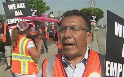 Camioneros y trabajadores de bodega en los puertos de Los Ángeles y Long...