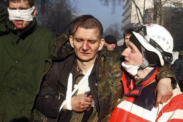Otras fuentes calculan que el número total de heridos en los disturbios...