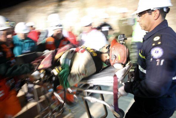 Los mineros rescatados de la mina San José en el norte de Chile,...