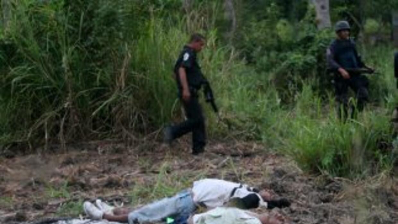 La policía de Michoacán informó del hallazgo de ocho cuerpos que tenían...