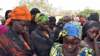 Mujeres y niños exrehenes del grupo terrorista Boko Haram.