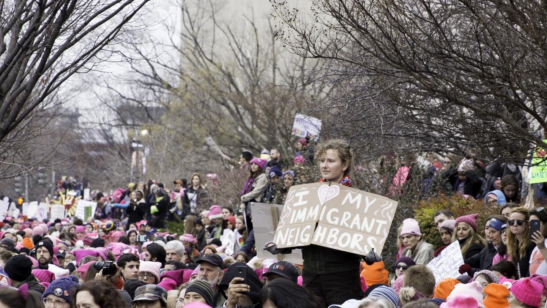 """""""Amo a mis vecinos inmigrantes"""", se lee en esta pancarta."""