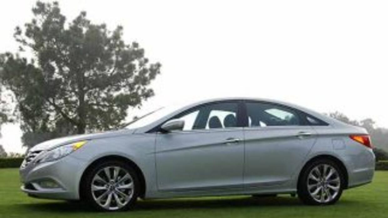 El estilo del Sonata se acerca más a un coupe de cuatro puertas y se ale...