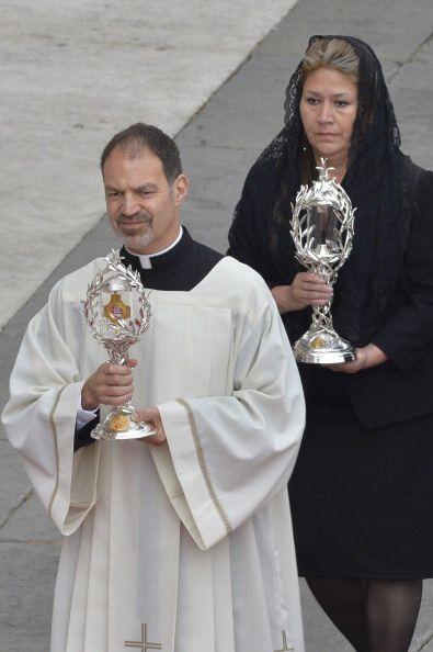 Las reliquias de los dos nuevos santos se acercan al altar.