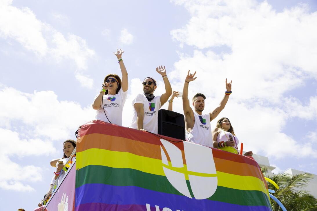 Univision se unió al festejo con un autobús lleno de trabajadores de dif...