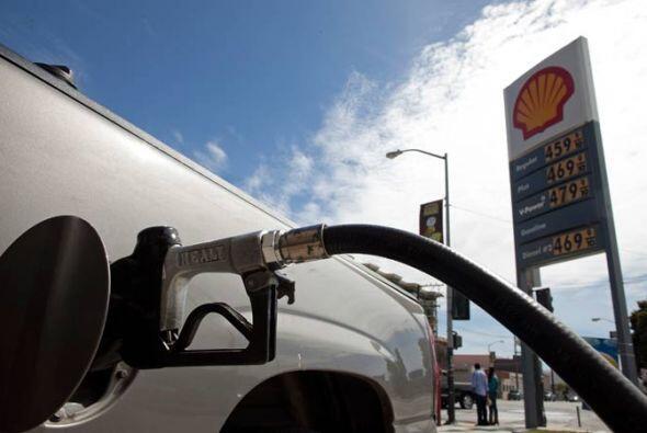 La empresa Hertz, que cobra $9.29 por galón de gasolina para llenar el t...