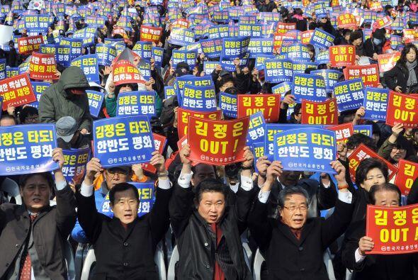 Manifestantes surcoreanos sostienen carteles que dicen 'Kim Jong-Un Out!...