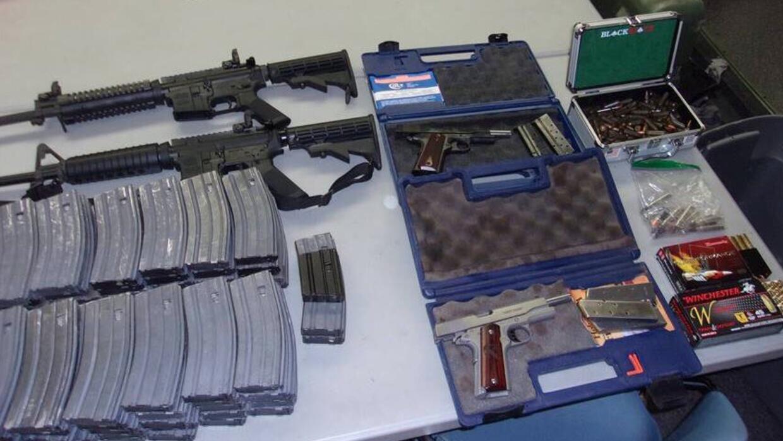 Dos rifles semiautomáticos, dos pistolas y 90 cartuchos de municiones de...